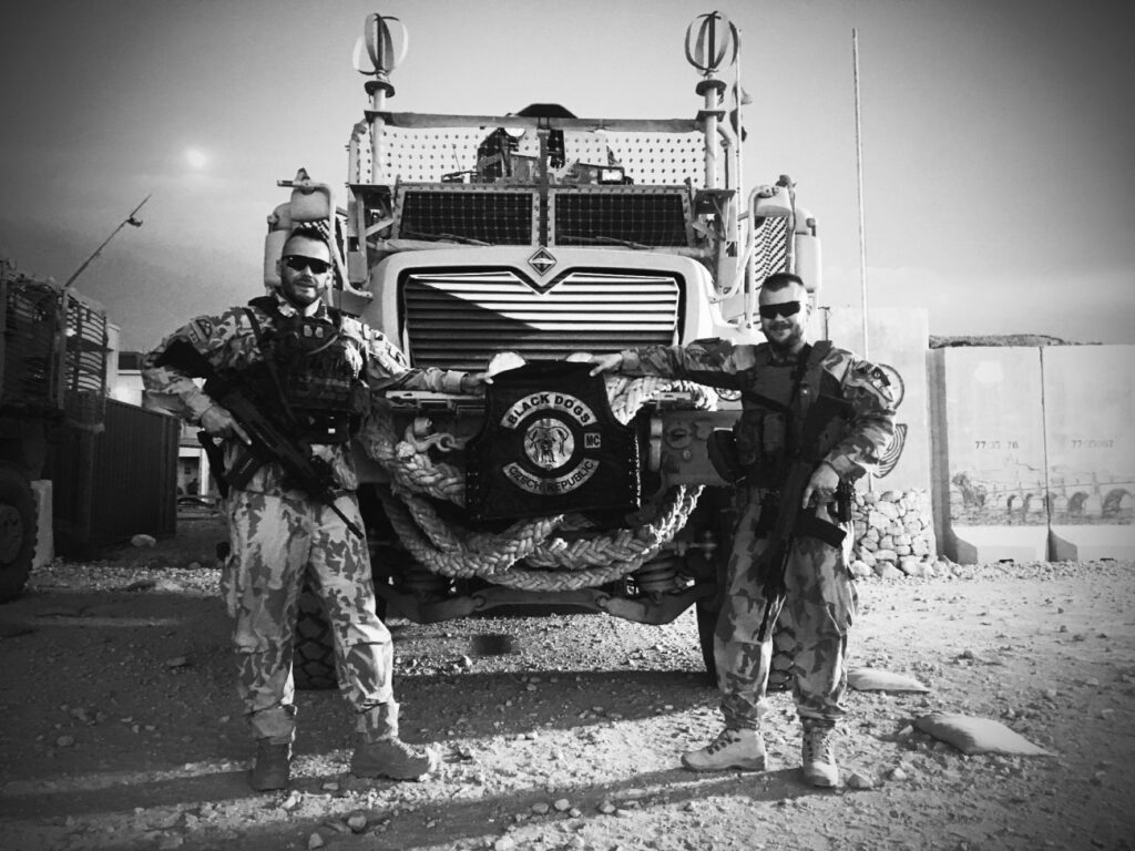 Členové Black Dogs LE MC - vojenská mise